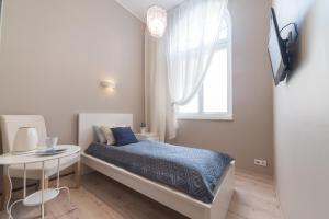 A bed or beds in a room at Due Passi Apartamenty w Sopocie