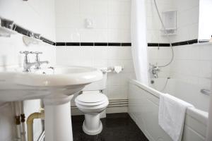 Ванная комната в The Riviera Hotel & Holiday Apartments Alum Chine