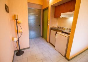 Η κουζίνα ή μικρή κουζίνα στο Lycasti Maisonettes