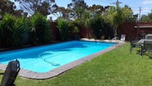 The swimming pool at or near Zero Inn Motel