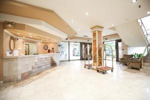 The lobby or reception area at Atrium Inn Vancouver