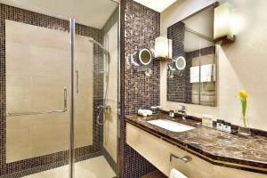 Um banheiro em DoubleTree by Hilton Hotel Riyadh - Al Muroj Business Gate