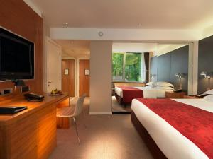 A television and/or entertainment centre at Royal Garden Hotel