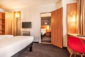 Кровать или кровати в номере Ибис Краснодар Центр