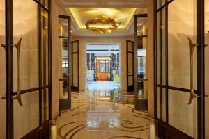 The lobby or reception area at Le Burgundy Paris