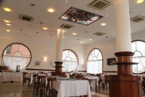 Un restaurant u otro lugar para comer en Hotel Reviens