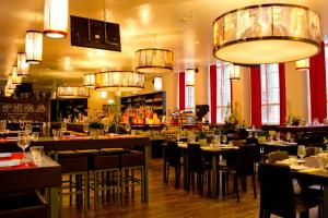 A restaurant or other place to eat at PLUS Berlin Hostel und Hotel