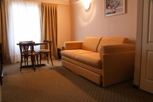 A seating area at Hotel Reviens