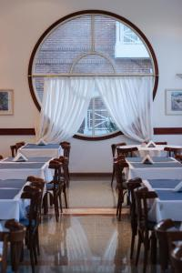 A restaurant or other place to eat at Hotel Reviens