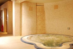 A bathroom at Royal Marine Hotel