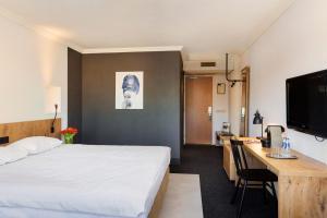 A bed or beds in a room at Golden Tulip Keyser Breda Centre