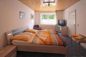 A bed or beds in a room at Landgasthaus Zur Eiche