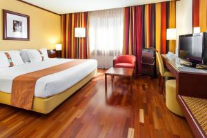 Cama ou camas em um quarto em Holiday Inn Lisbon-Continental, an IHG Hotel