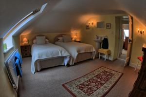 A bed or beds in a room at Gatelodge Cottage