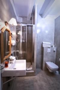 A bathroom at Le Verger des Châteaux, The Originals Relais (Inter-Hotel)