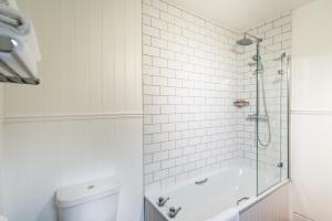 A bathroom at The Glencoe Inn