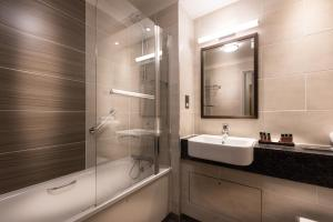 A bathroom at The Westmead Hotel