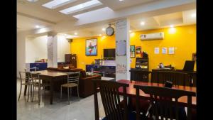 A restaurant or other place to eat at Joey's Hostel