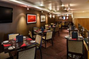 A restaurant or other place to eat at Mercure Glasgow City Hotel