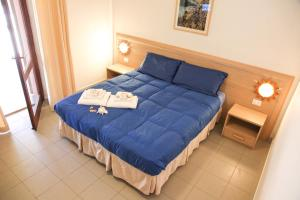 A bed or beds in a room at Hotel Mezzaluna