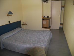 A bed or beds in a room at Hôtel Belvedère Cannes Mougins