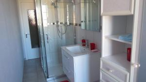 A bathroom at L'Ancien p'tit bistrot
