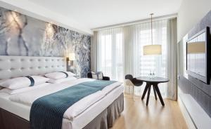 A bed or beds in a room at Holiday Inn Berlin-Alexanderplatz, an IHG Hotel