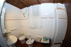 A bathroom at Monte Due Torri Agriturismo Eco-lodge