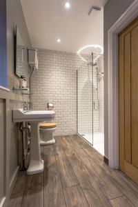A bathroom at The Redan Inn