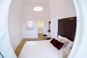 A bed or beds in a room at Neo Apartment Eroilor