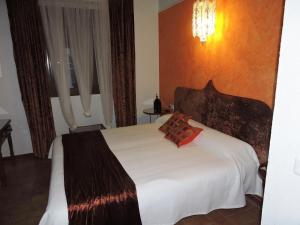A bed or beds in a room at Hotel La Fonda del Califa
