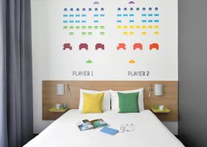 A bed or beds in a room at Ibis Styles Budapest Center