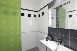 A bathroom at Ibis Styles Budapest Center