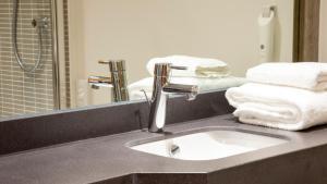 A bathroom at Holiday Inn Rotherham-Sheffield M1,Jct.33, an IHG Hotel