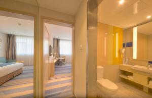 A bathroom at Holiday Inn Express Shanghai Zhenping, an IHG Hotel