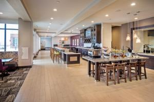 A restaurant or other place to eat at Hilton Garden Inn Pittsburgh Airport South-Robinson Mall