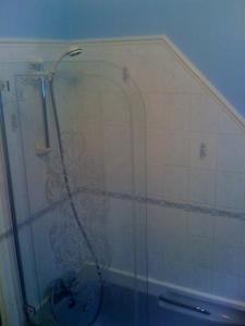 A bathroom at Newcourt B & B