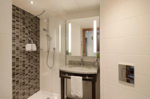 A bathroom at Hampton by Hilton Nürnberg City Center