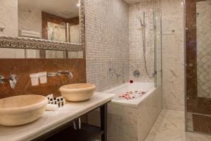 A bathroom at Villa Plaza Boutique Hotel & Spa