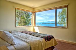 Hotel Cabaña Del Lago Puerto Varasにあるベッド