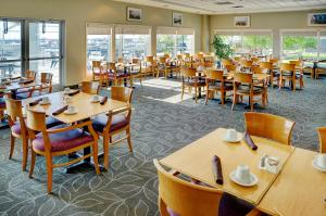 A restaurant or other place to eat at Lakeview Gimli Resort