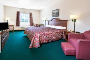 A bed or beds in a room at Super 8 by Wyndham Kountze Big Thicket Nat'l Pres Area
