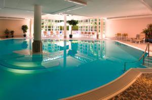 Der Swimmingpool an oder in der Nähe von Hotel Residence Starnberger See
