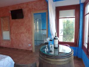 A television and/or entertainment center at Hostal A La Sombra Del Laurel