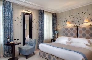 A bed or beds in a room at Hôtel de Pavie
