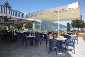 A restaurant or other place to eat at Garnì Bellavista
