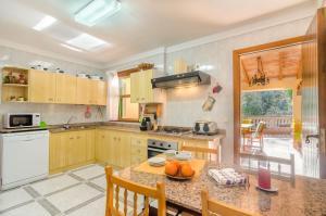 A kitchen or kitchenette at Es Vint I Nou