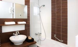 A bathroom at Mercure Bayeux Omaha Beach
