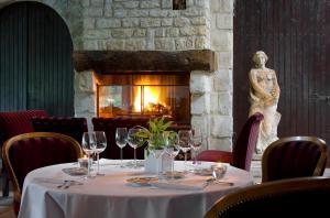 A restaurant or other place to eat at Relais du Bois Saint Georges - Hôtel de Charme