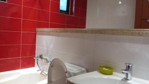 A bathroom at Latera Motel